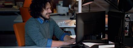 Henkilö tietokoneen ääressä.